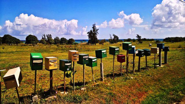 郵便ポストが並んだきれいな田舎町
