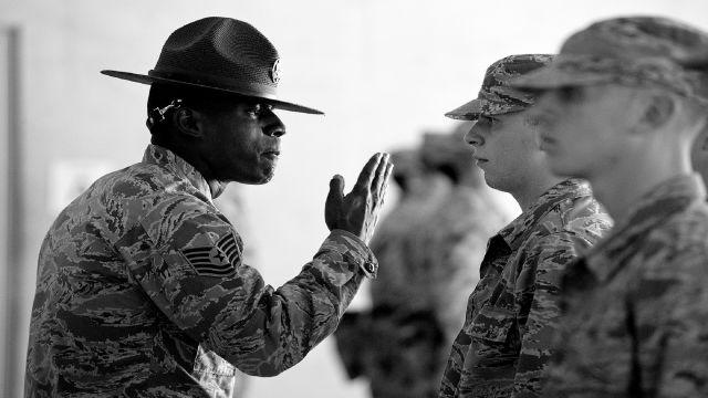軍隊で兵士が命令を受けているところ(shallの強制の意味のイメージを伝えるために)