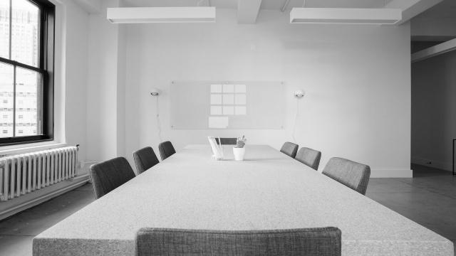 値下げ交渉につくテーブル