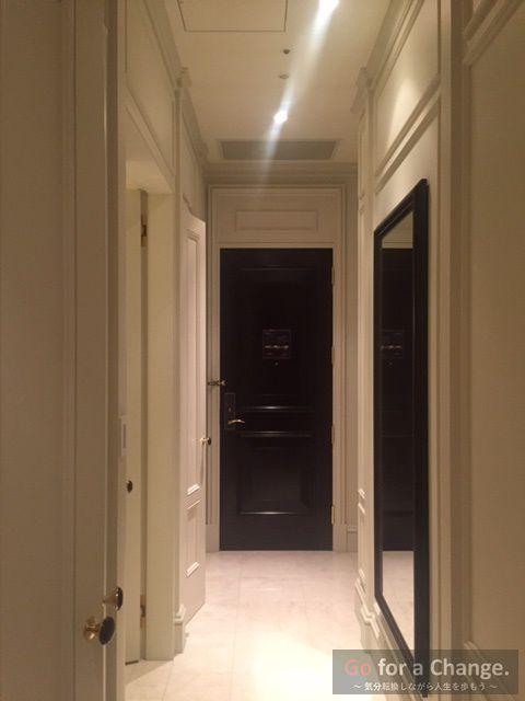 ホテル部屋の入口ドア