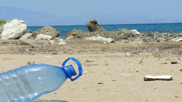 海に捨てられたペットボトル