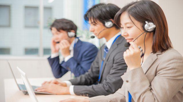 コールセンターで電話対応業務をするオペレータの画像