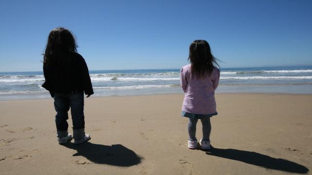 「未来は無限の可能性を秘めている」を伝える海と子どもの画像
