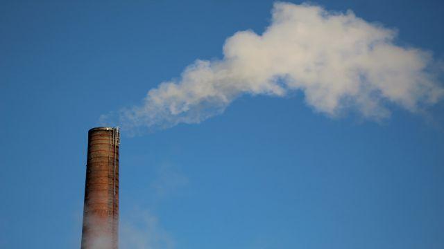 化石燃料を燃やした煙が出ている煙突