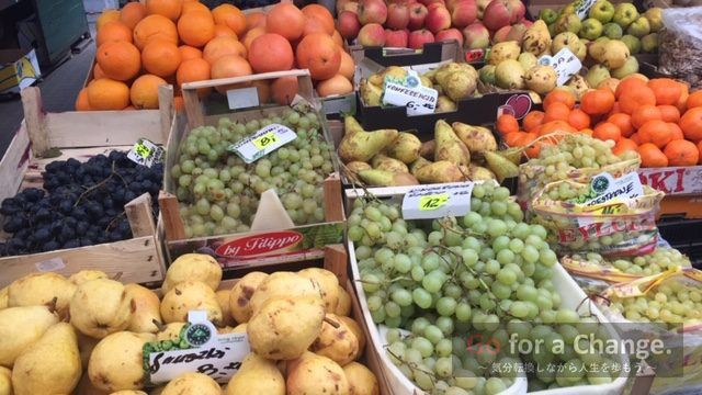 値段のついた野菜や果物が陳列されているお店