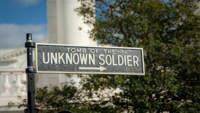 アーリントン国立墓地への行き方を案内するプレート