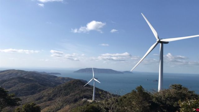 日本の島にある美しい風力発電機の風景