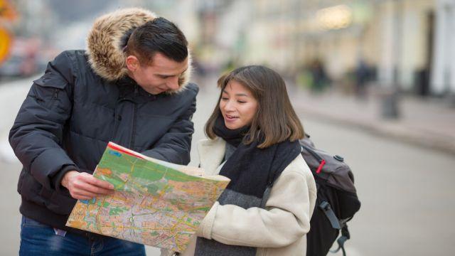 初来日の外国人から道順を聞かれている日本人