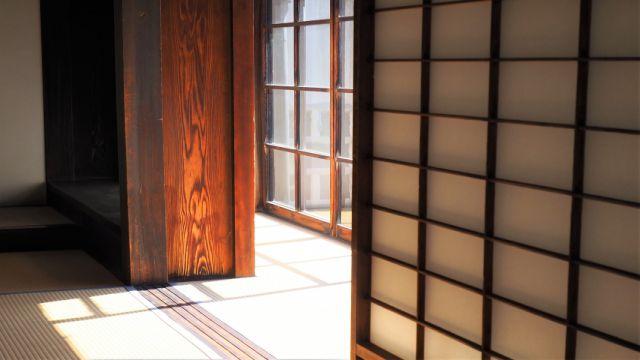 幼少期のころの寝起き直後の爽快感をイメージさせる朝の陽ざしがさし込んだ和室