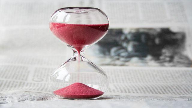 24時間以内に議事録を送ることを伝えるためのイメージとしての砂時計
