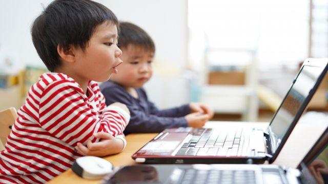英語の発音練習をしている日本人の子ども