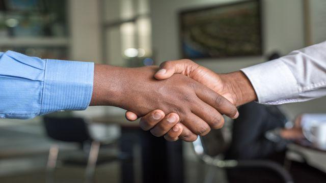 感謝の気持ちを込めて握手をするビジネスマン