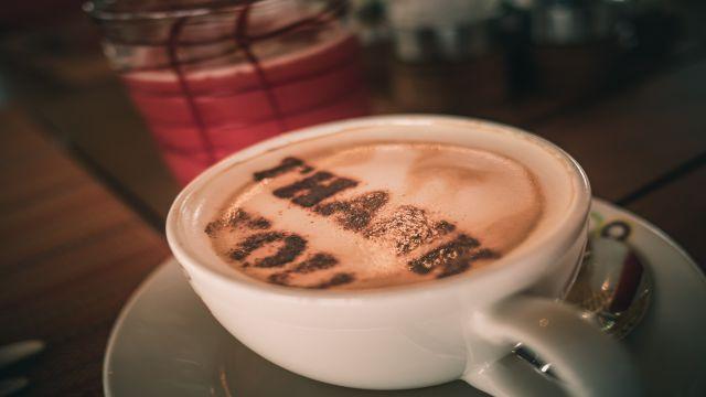 """""""Thank you""""の文字が描かれたコーヒーカップ"""