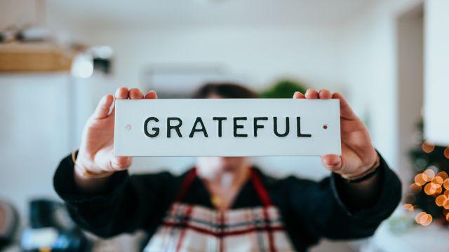 """""""Grateful""""の文字が書かれたボード"""