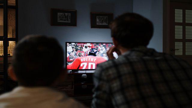 自宅でテレビを楽しむ外国の親子