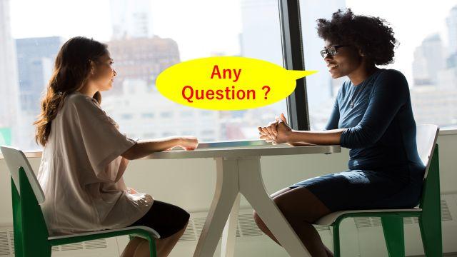 就職面接で企業側の社員から「会社について何か質問ある?」と聞かれている様子