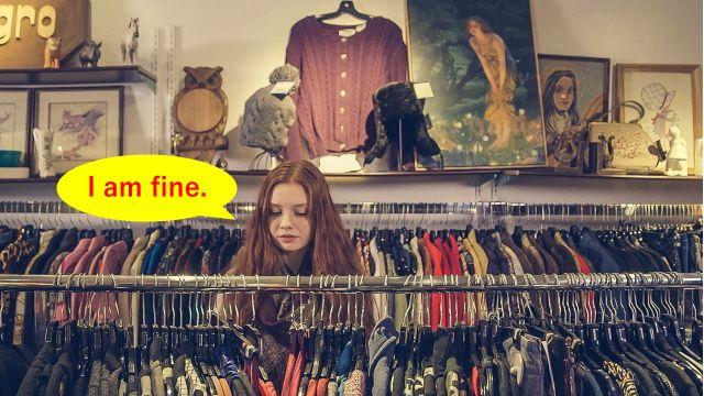 海外のお店で服をショッピングをしていると店員さんに質問はあるかと聞かれて「特にありません」と答える様子