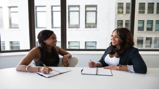 「そうだね」と雑談をしながら会話をしている二人の女性