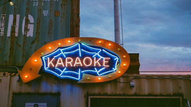 カラオケのお店の看板(英語の発音はカラオケで歌が上手くなるように音を真似る練習と同じ)