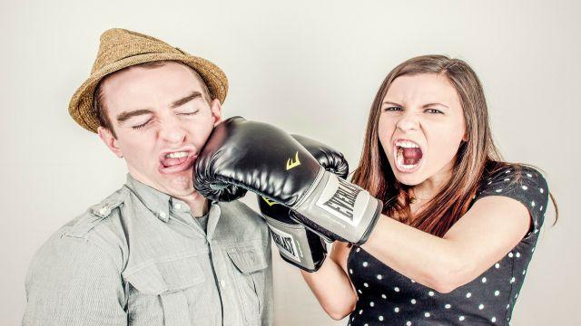 強めに自分の意見や考えを相手に言う様子をボクシングのパンチで表現した写真