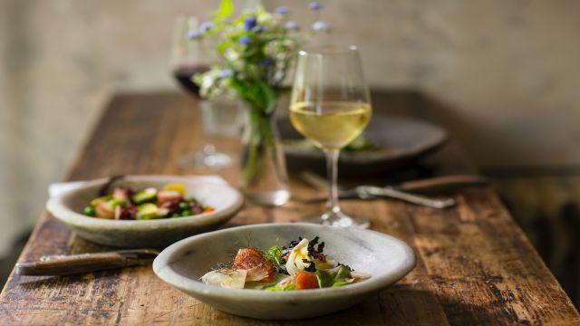 レストランで提供されたワインと前菜