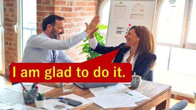 """I am glad to do it.""と仕事の打ち合わせで相手に伝えている会社員"