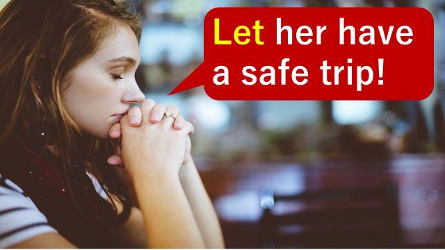"""妹の旅の安全を願って""""Let her have a safe trip""""の英語表現を使って祈っている女性"""