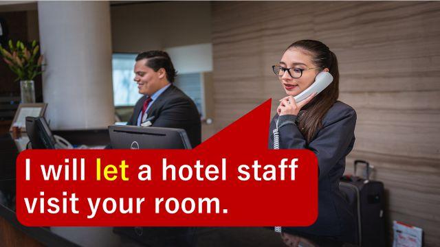 """使役の""""let""""の英語表現を使って宿泊客と話をしているホテルの受付"""