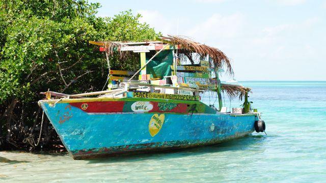 講師が住むベリーズの海に浮かぶ船