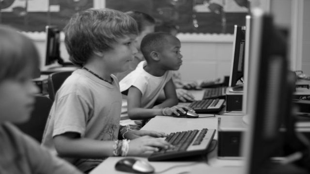 internetに真剣に取り組む子どもたち