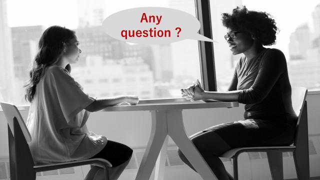 就職面接で面接官から「何か聞きたいことある?」と質問されている様子