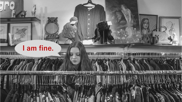 """お店で店員に声をかけられたときに""""I am fine.""""(特にありません)と対応している様子"""