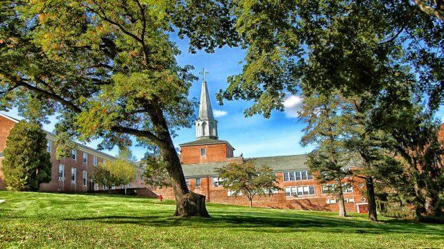 爽やかな風がふく大学のキャンパス