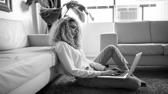 オンライン英会話のレッスンを教えている女性