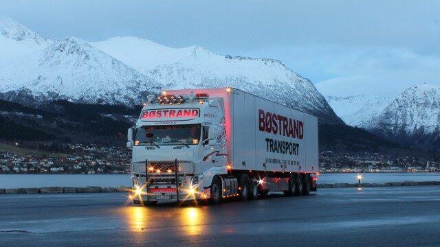 truckには運転席なら前置詞はinを、広い荷台なら前置詞はonを使う